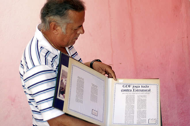 Foto 2 - Ze edmar segura o livro