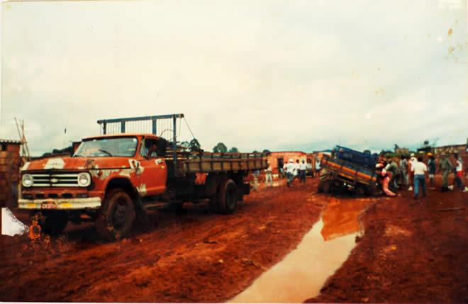 Foto 2 - caminhoes e derrubadas