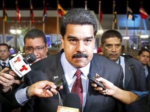 Mulher joga manga em Maduro e ganha casa do governo
