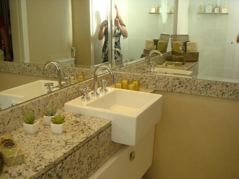 Banheiro pequeno pode ser confortável e bonito; precisa apenas de um jeitinho -> Banheiro Decorado Com Pia De Marmore