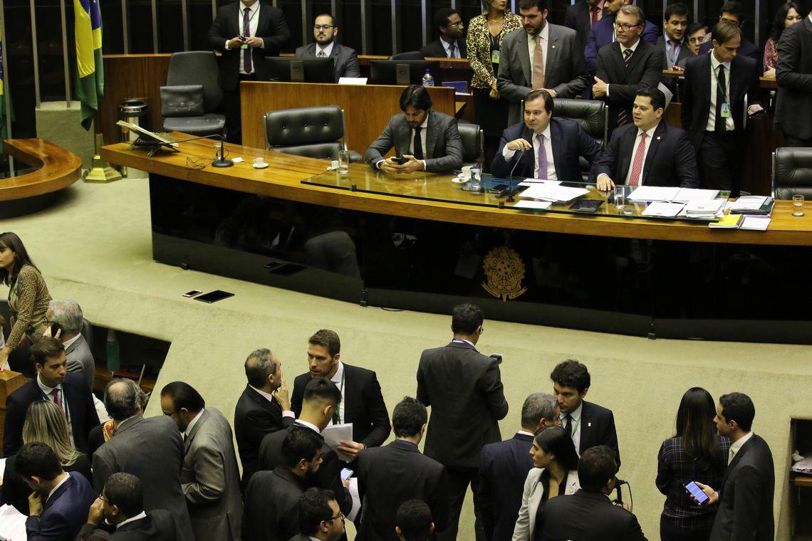 Câmara derrota governo impondo uso de dinheiro